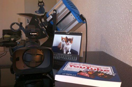 Videokamera und Buch über youtube